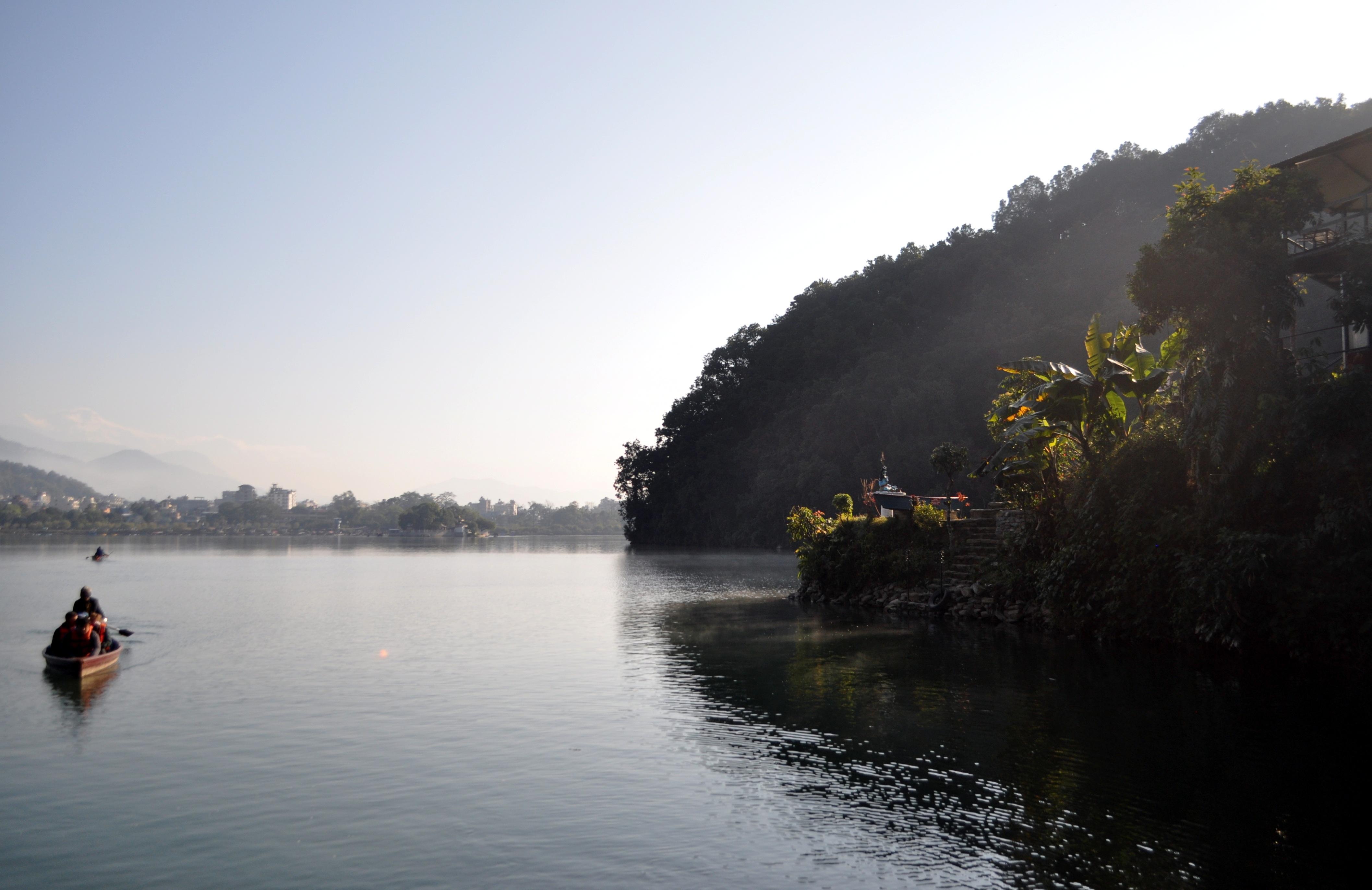 ci facciamo traghettare dall'altra parte del lago, per raggiungere lo Stupa in cima alla collina