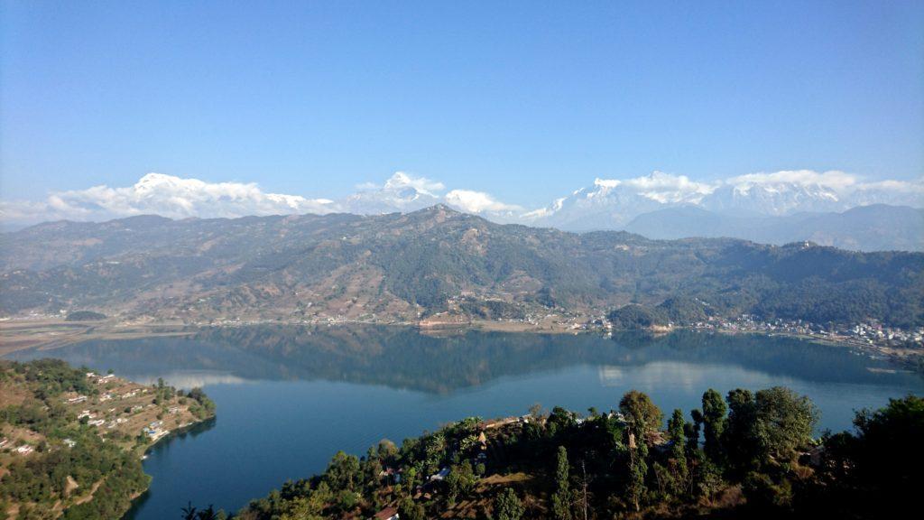 salendo verso lo Shanti Stupa (Peace Pagoda), le montagne che cingono Pokhara