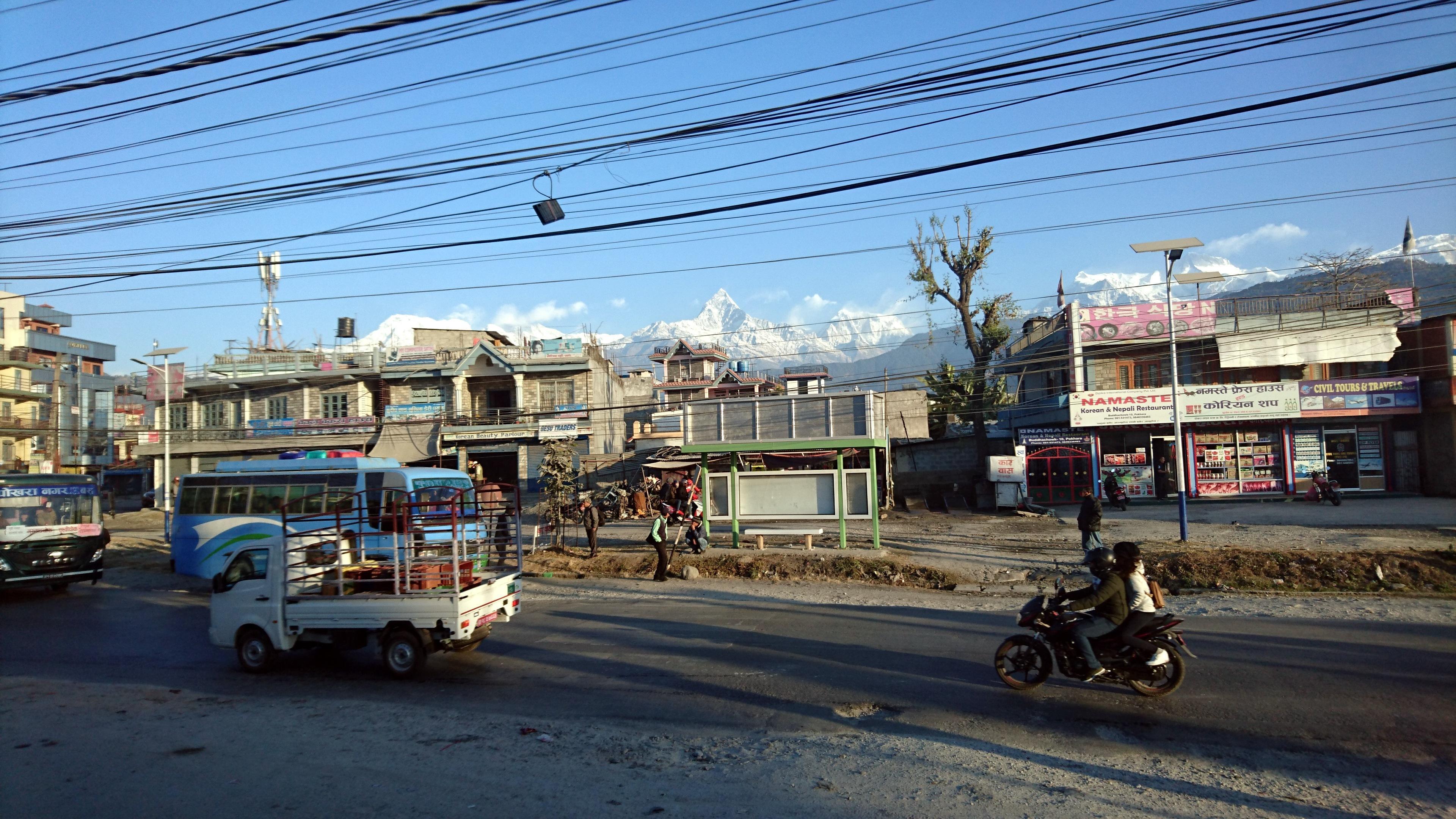 alla periferia di Pokhara, con gli onnipresenti cavi elettrici che tagliano il panorama
