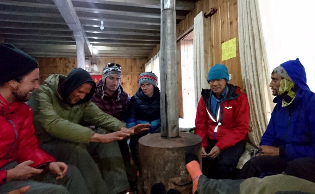 serata alcool free a Thorong La High Camp: solo stufa e tante chiacchiere