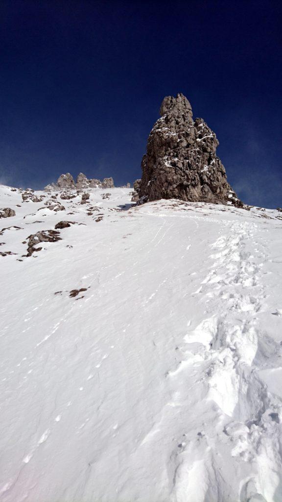 ci avviciniamo alla cresta. Superato quel pilastro di roccia il vento diventerà fortissimo portandoci dopo alcuni minuti a decidere di desistere