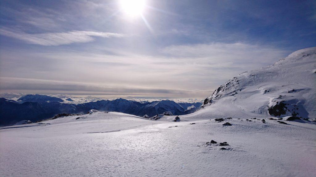 guardando verso sud si vedono le nuvole coprire il fondovalle regalando a noi un bellissimo spettacolo