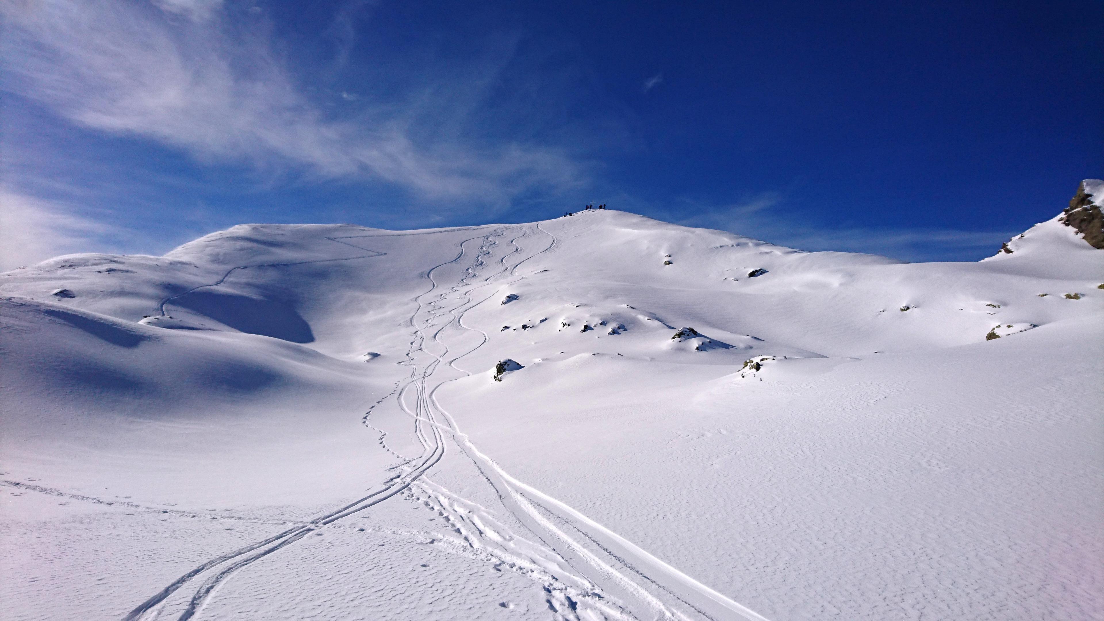 le nostre sbisciule sul pendio che scende dalla vetta. Neve super! Ma il meglio deve ancora venire. Il canale sarà davvero TOP!!