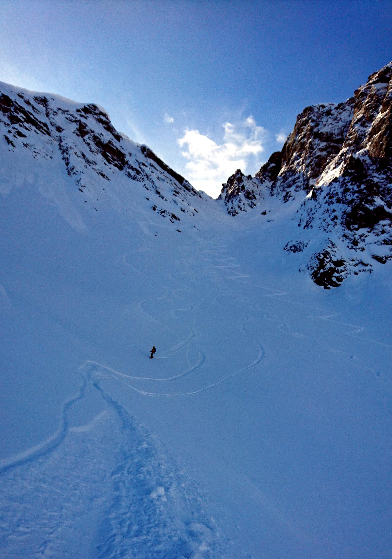 Paolino al termine della discesa sullo splendido canale. Pendenza perfetta e neve super!! Sarebbe da ripellare ma siamo pigri e decideremo di scendere anche se con un po' di rammarico