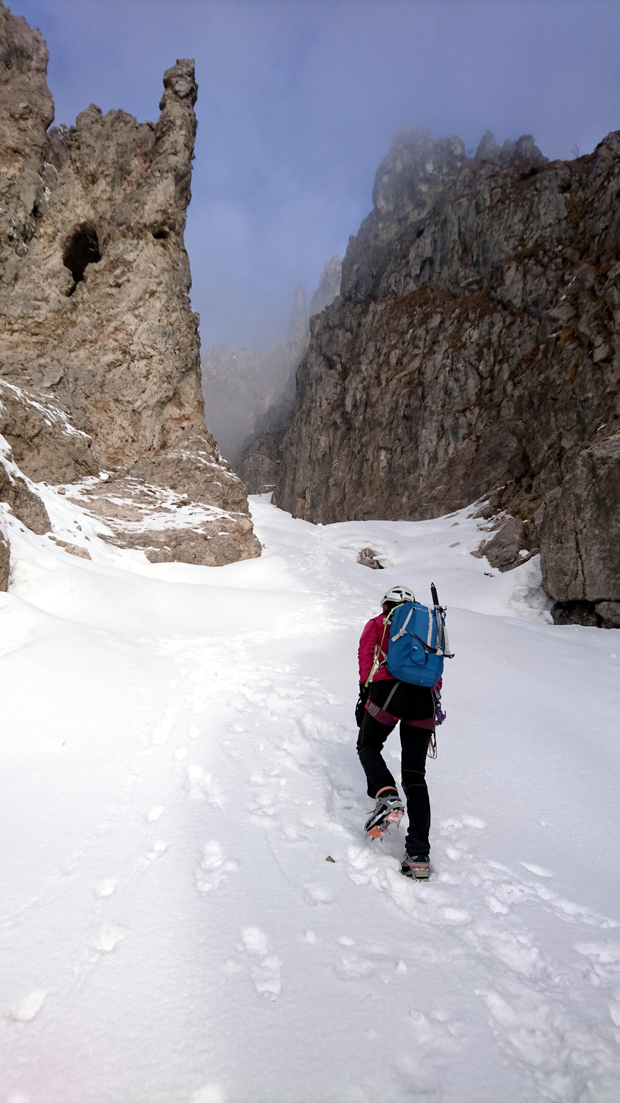 Inizia la parte di neve con pendenza moderata che conduce fino al primo muro roccioso