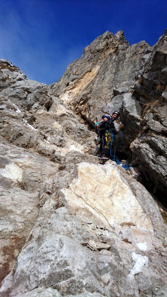 Eccoci all'attacco della parte rocciosa. Decidiamo di legarci fin da subito viste le condizioni e visto anche l'incidente appena accaduto. Troviamo anche chiazze di sangue sulla roccia