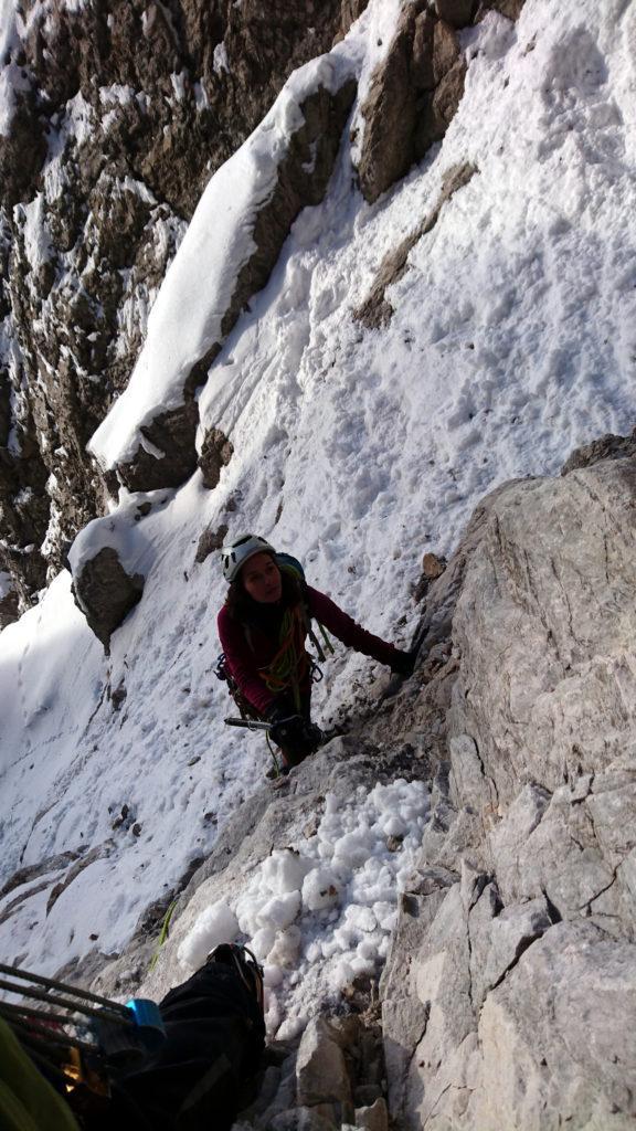 Erica all'attacco della parte rocciosa si prepara all'arrampicata nell'attesa che il Gallo e Samu ci lascino lo spazio per procedere