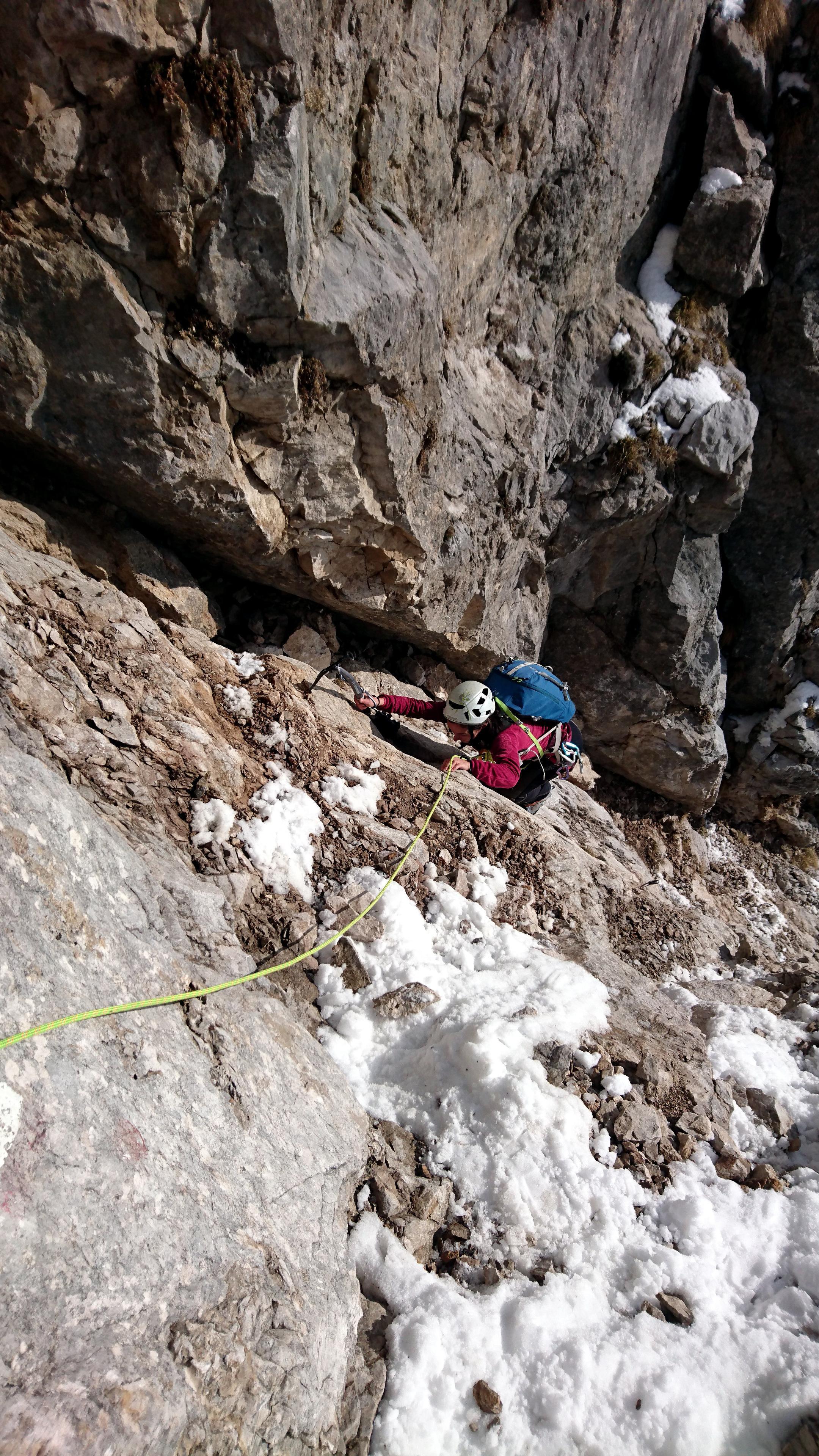 Erica impegnata sul primo muretto prende confidenza con la roccia piuttosto sfasciumosa della parte iniziale