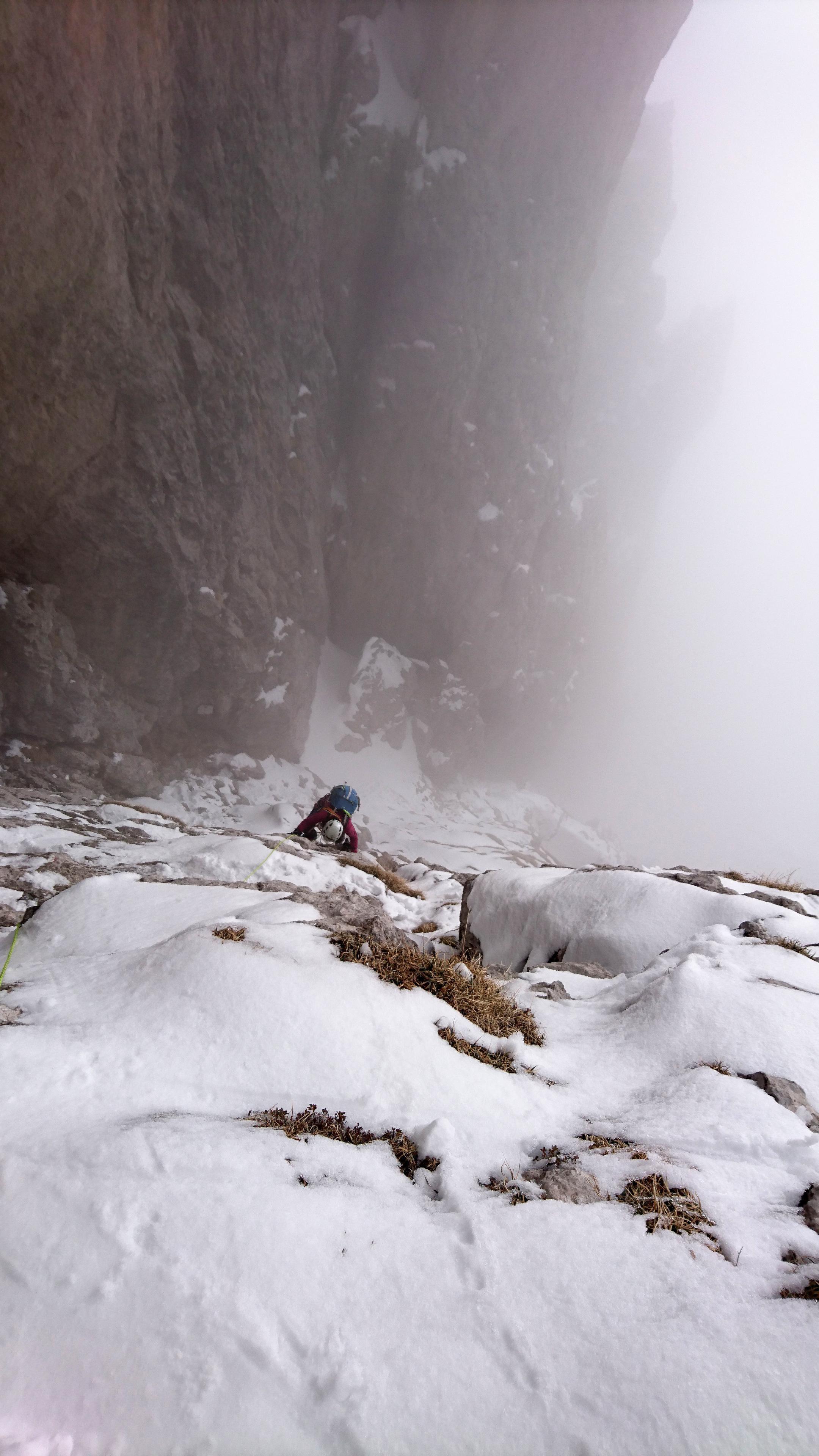 Secondo muretto. Qui per fortuna c'è un po' più di copertura nevosa, cosa che rende la progressione con i ramponi ai piedi più semplice