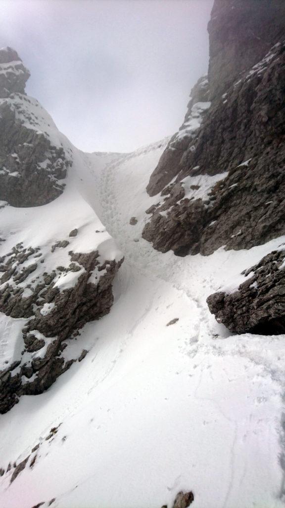 superata la parte rocciosa si attacca la parte di neve più ripida che inizia con questo bel passaggio
