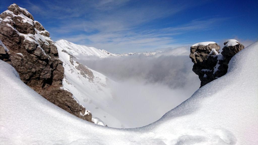 Vista oltre la cresta del Grignone e delle nuvole che stagnano nella valle