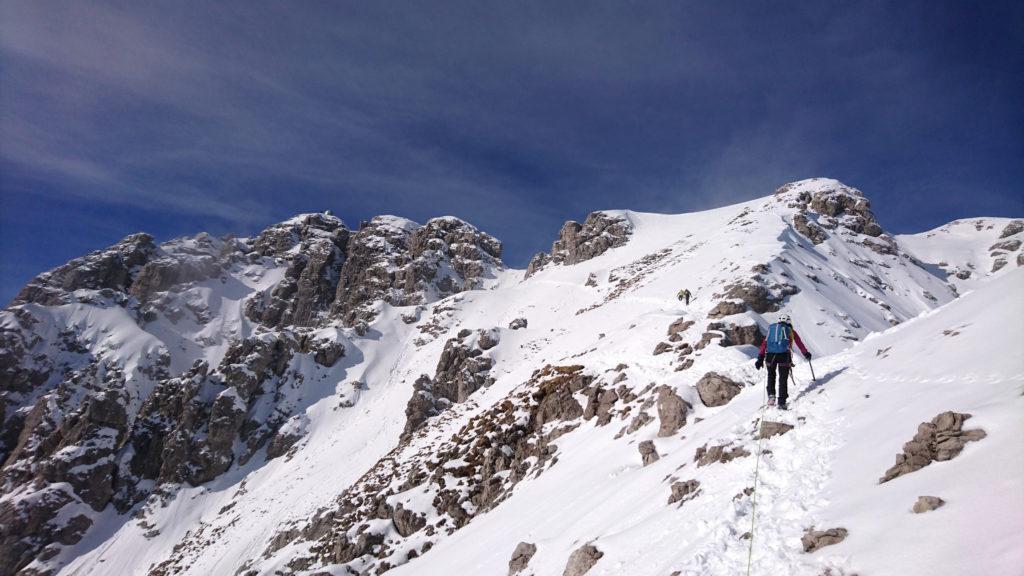 Siamo in vista della cima ma bisogna ancora affrontare uno dei punti più delicati ed esposti della via che ci attende poco più a monte