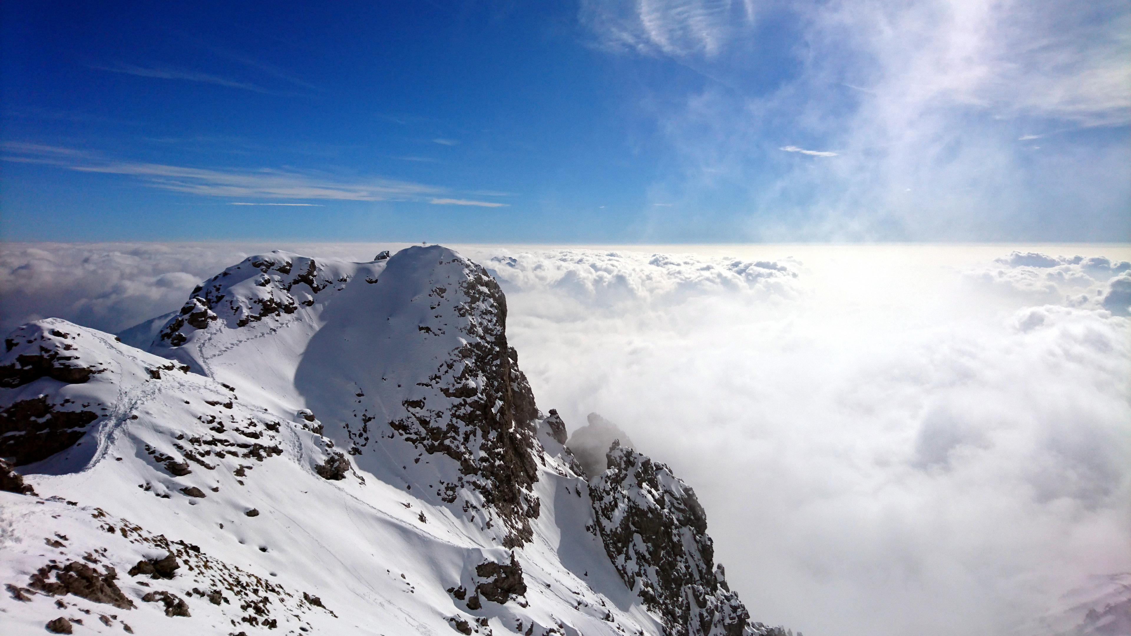 Bella vista della cima dei Magnaghi con lo sfondo di nubi. Sembra di essere in paradiso