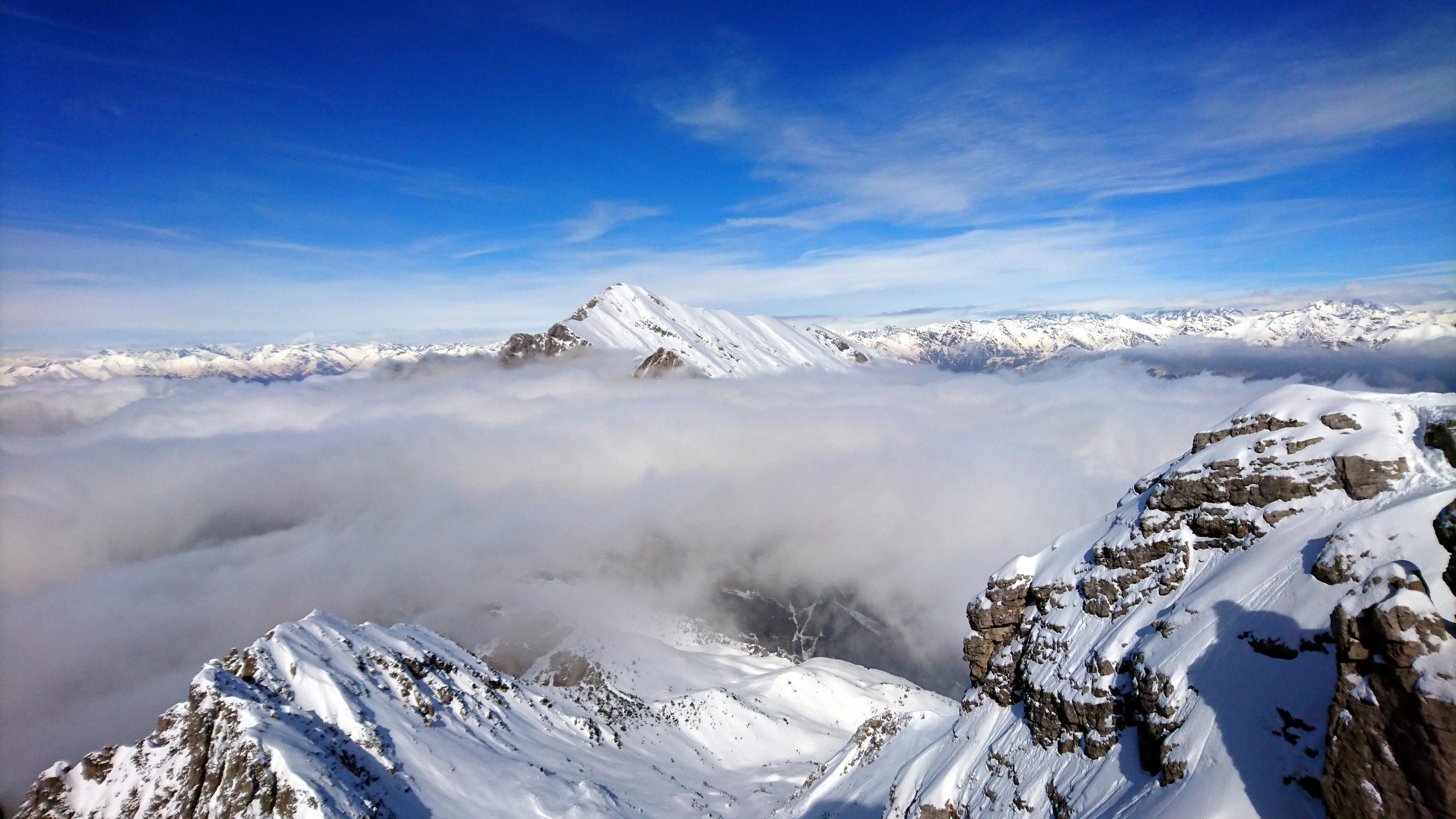 Il Grignone mostra il suo bel profilo sopra alle nuvole