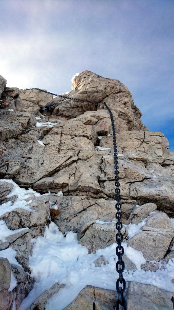 Passaggino verticale e non banale su roccia, per fortuna facilmente proteggibile grazie alle catene di ferro