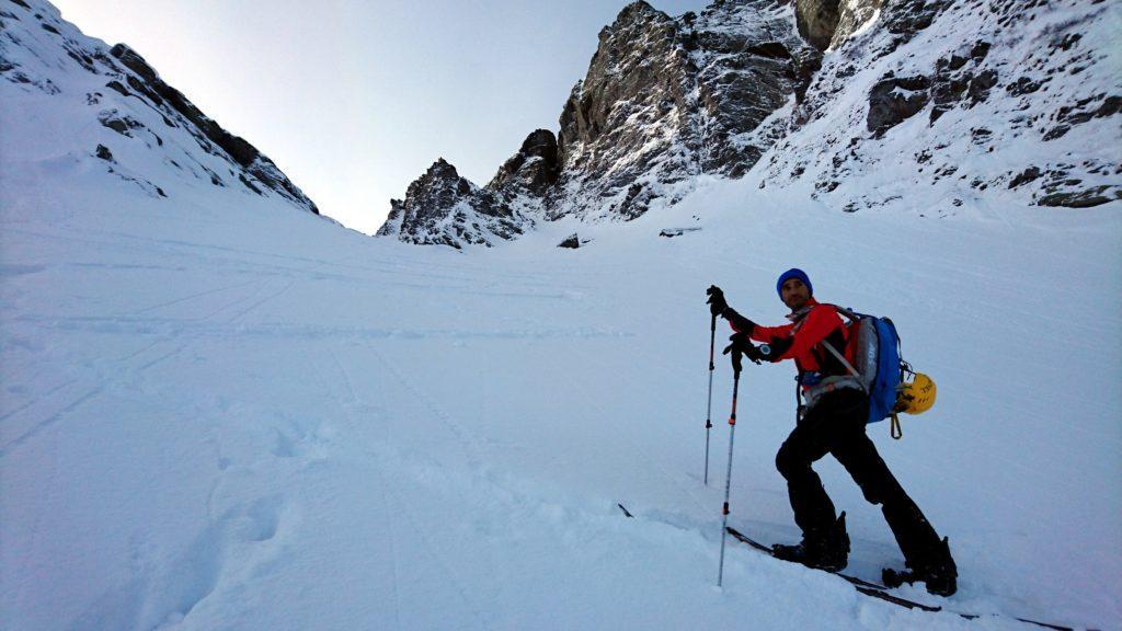 Paolino nella parte alta del canale. Cerca di tracciare ma la neve non è portante e spesso lo sci a valle va giù aumentando la fatica