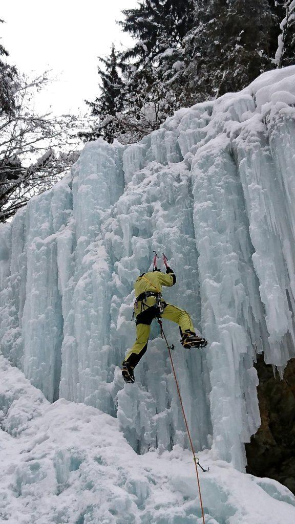 Una guida presente sul posto mentre approccia una delle linee più verticali della cascata