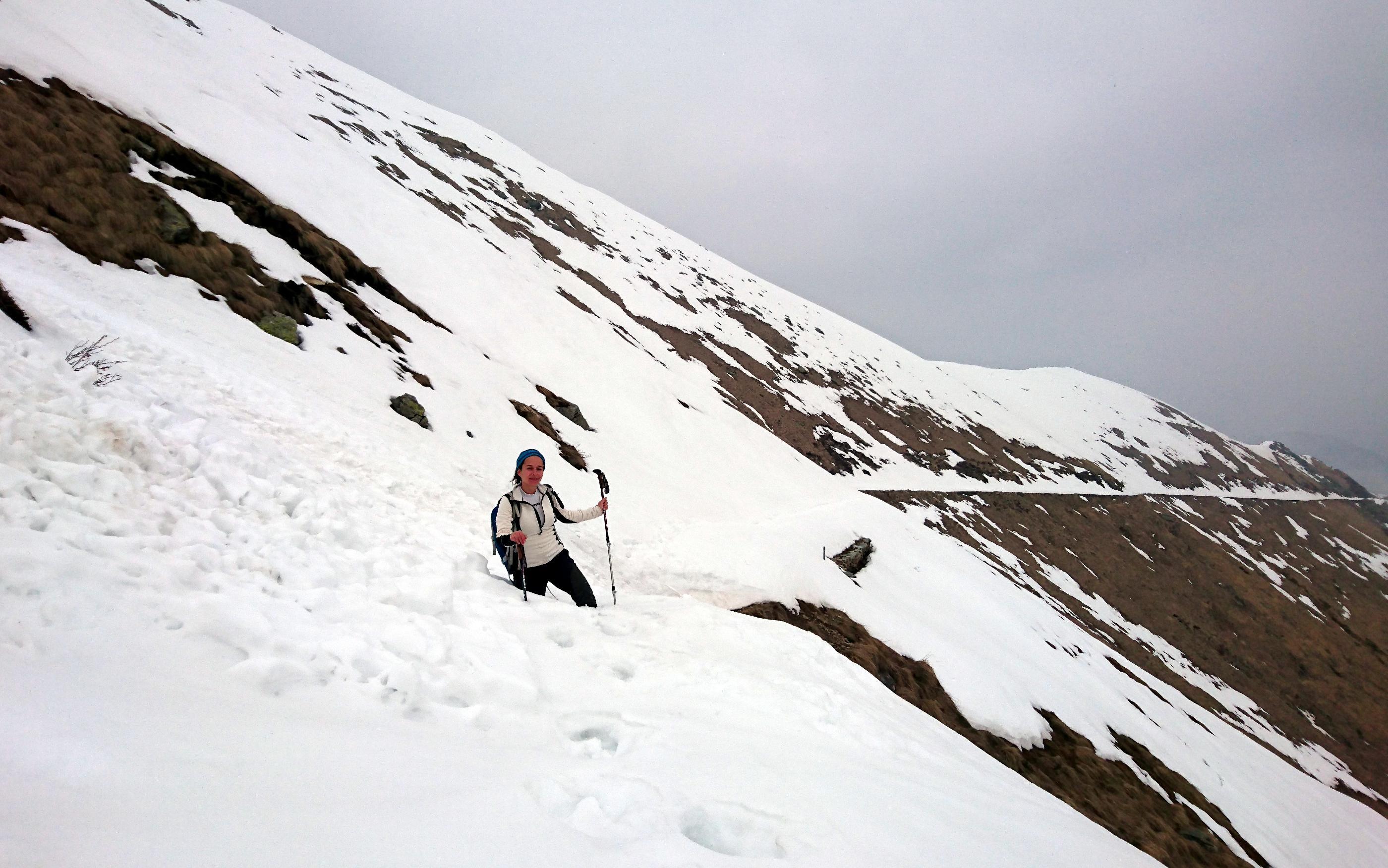 dopo il passo la neve sulla strada militare rende l'avanzata ...disagevole