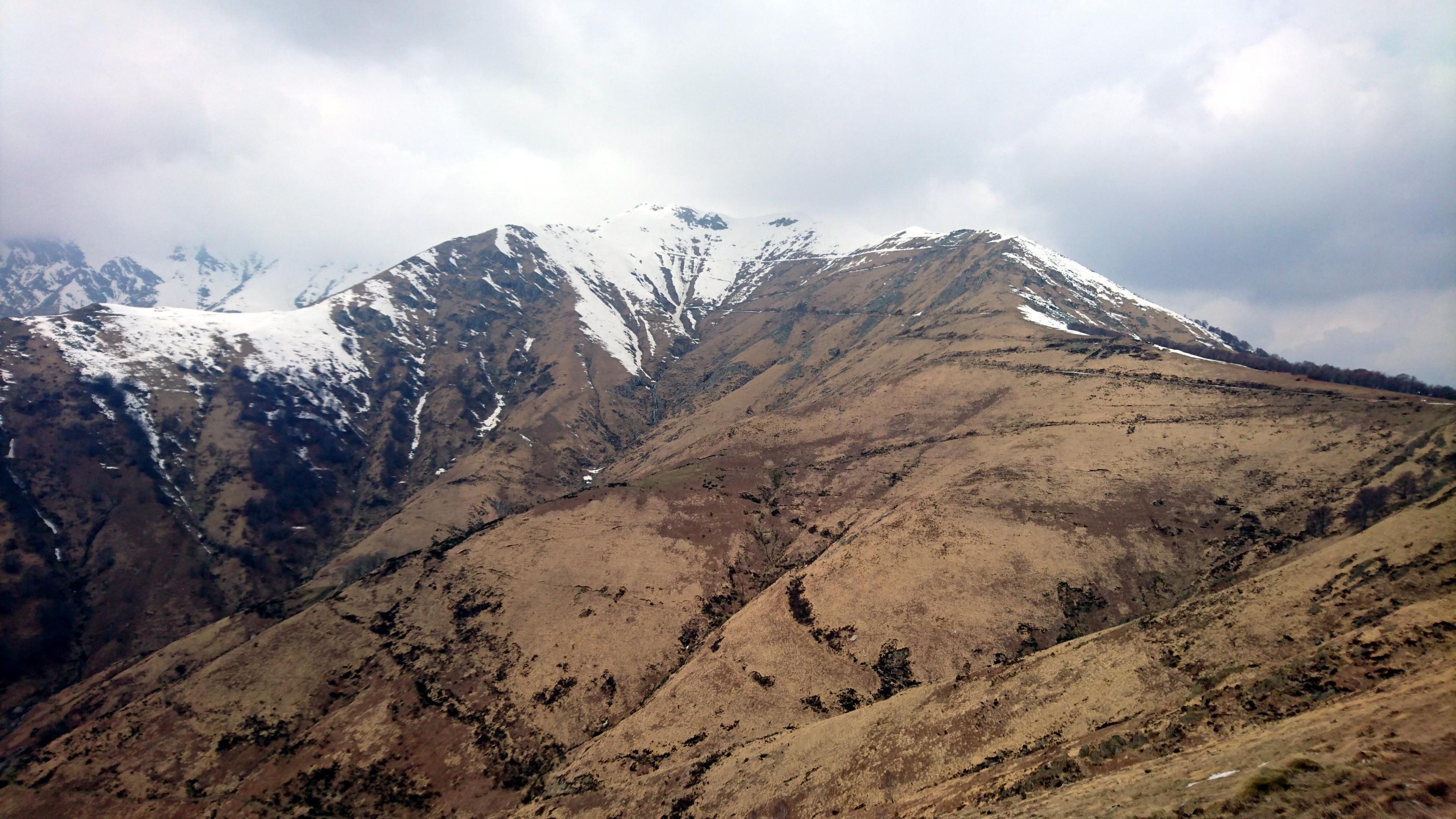 la striscia bianca che si intravede all'orizzonte è l'ultimo tratto che abbiamo percorso della Linea Cadorna: il monte Zeda rimarrà invece coperto dalla nuvola di fantozziana memoria