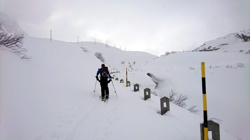 Siamo ormai in arrivo all'altezza del passo del San Bernardino. La neve copre tutto e sta per aprirsi una meravigliosa valle di fronte a noi