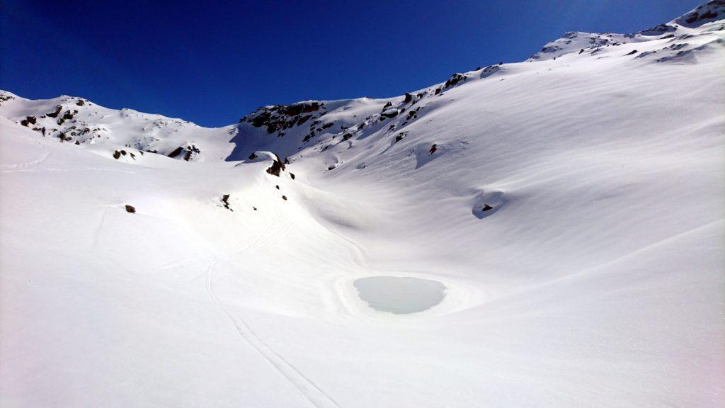 Uno dei laghi di Campagneda. Si intravede appena sotto lo strato di neve e ghiaccio