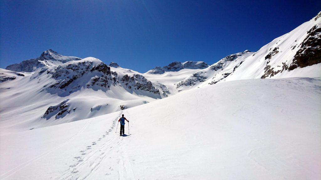 Il Gallo punta dritto verso il ghiacciaio dello Scalino. La neve quassù è da urlo e già assaporiamo la discesa