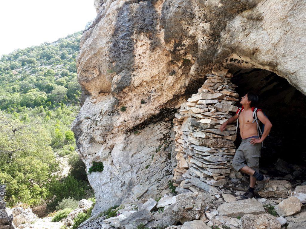 ricoveri che sfruttano le cavità naturali della roccia calcarea