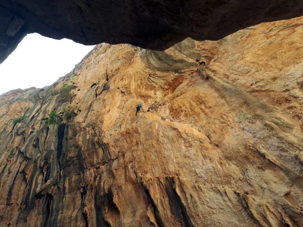 uno dei climbers impegnati nella salita in libera di Hotel Supramonte: in questa fase si tenta di memorizzare i passi chiave di ogni tiro, facendolo e rifacendolo