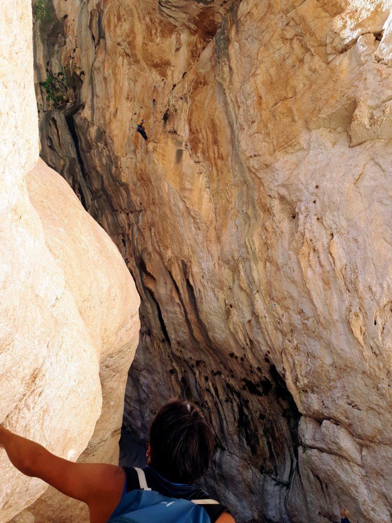 Gabri osserva i climbers appesi alla parete strapiombante
