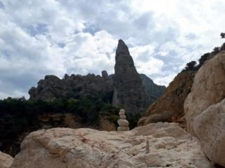oltre alle nostre sculture zen, in cima alla Aguglia Goloritzè, potete scorgere i tre climber arrivati in vetta