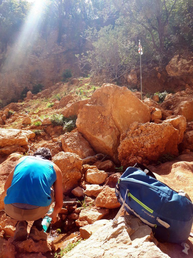 la fonte d'acqua, con tanto di bandierina sarda, a pochi metri dall'imbocco del Canyon Gorropu