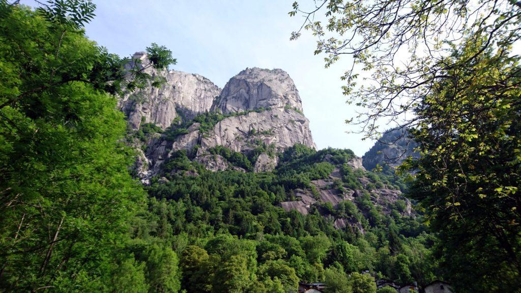 le bellissime placche della Val di Mello: questo è una specie di parco giochi per climbers e boulderists