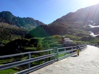 si oltrepassa la diga dei Laghi Gemelli seguendo il sentiero 214