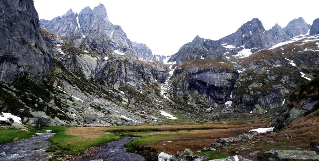 ed ecco il pascolo alto! luogo divino, racchiuso da un primo salto di roccia e, più sopra, dalla bastionata delle montagne