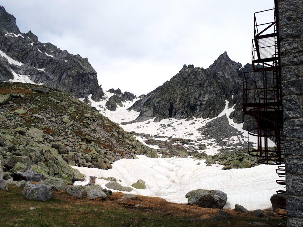 nella depressione della cresta granitica si trova il Passo di Zocca, discendendo dal quale è possibile raggiungere la Valle d'Albigna