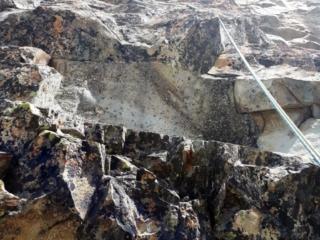 L'attacco del secondo tiro: c'è una rampa appena accennata, dalla superficie liscia, poco sopra la sosta