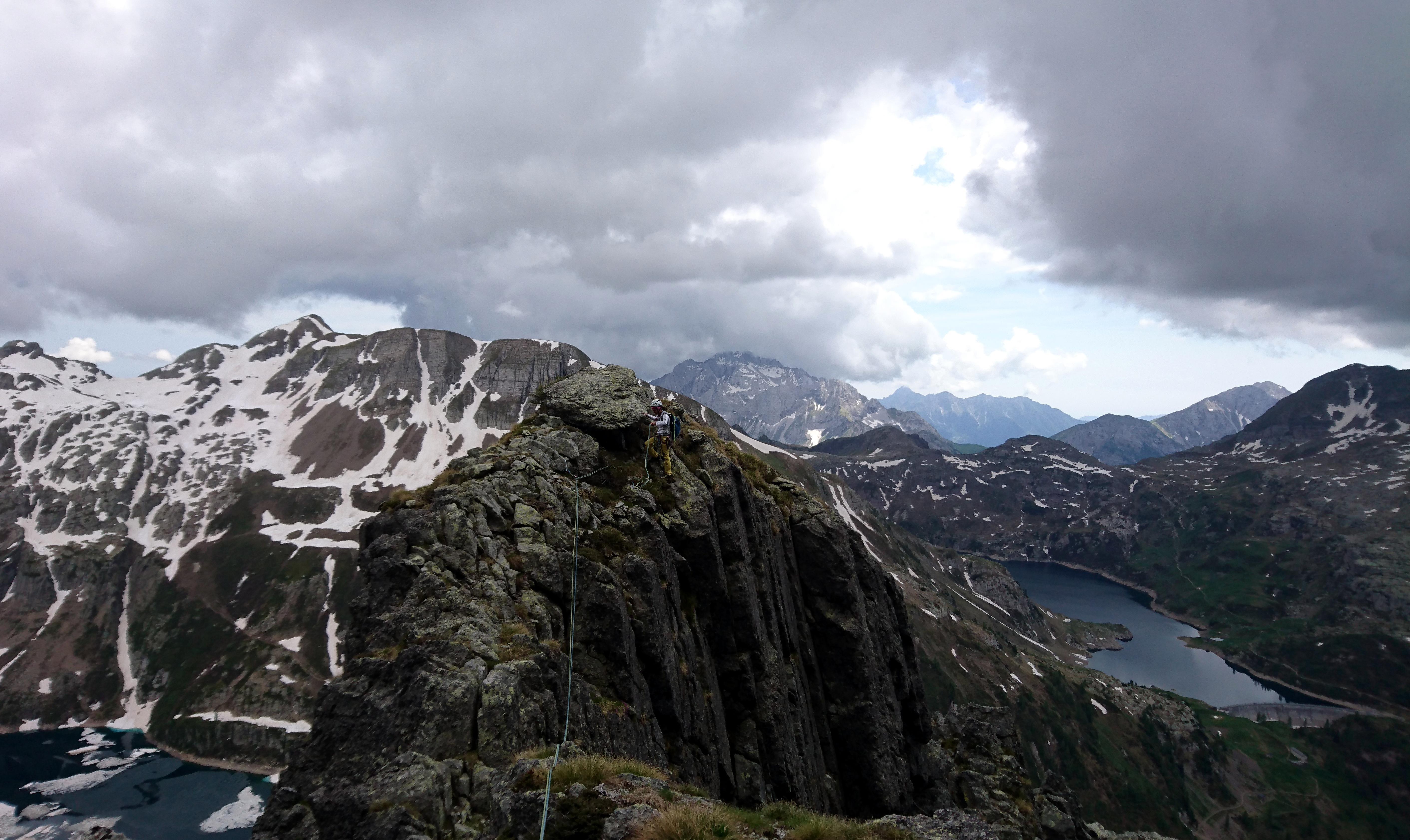il pezzettino di facile cresta dell'ottavo tiro: i nuvoloni sullo sfondo non promettono bene ma noi ci crediamo (e infatti non pioverà!)