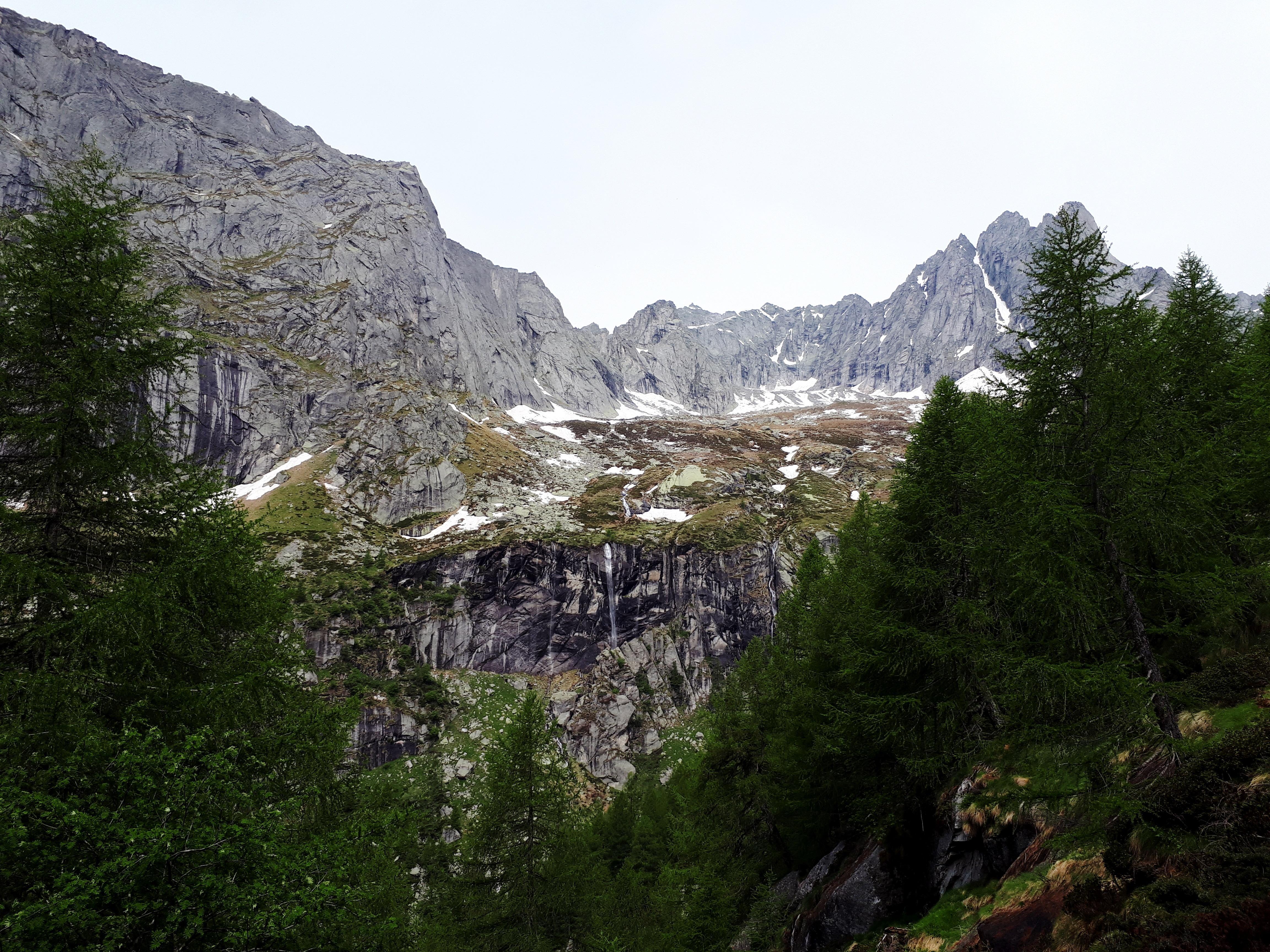 il bosco comincia a diradarsi, offrendoci degli scorci suggestivi del salto roccioso che dovremo superare
