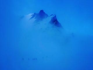 nell'ora che precede l'alba banchi di nubi si addensano sul ghiacciaio... e il paesaggio è davvero magnifico