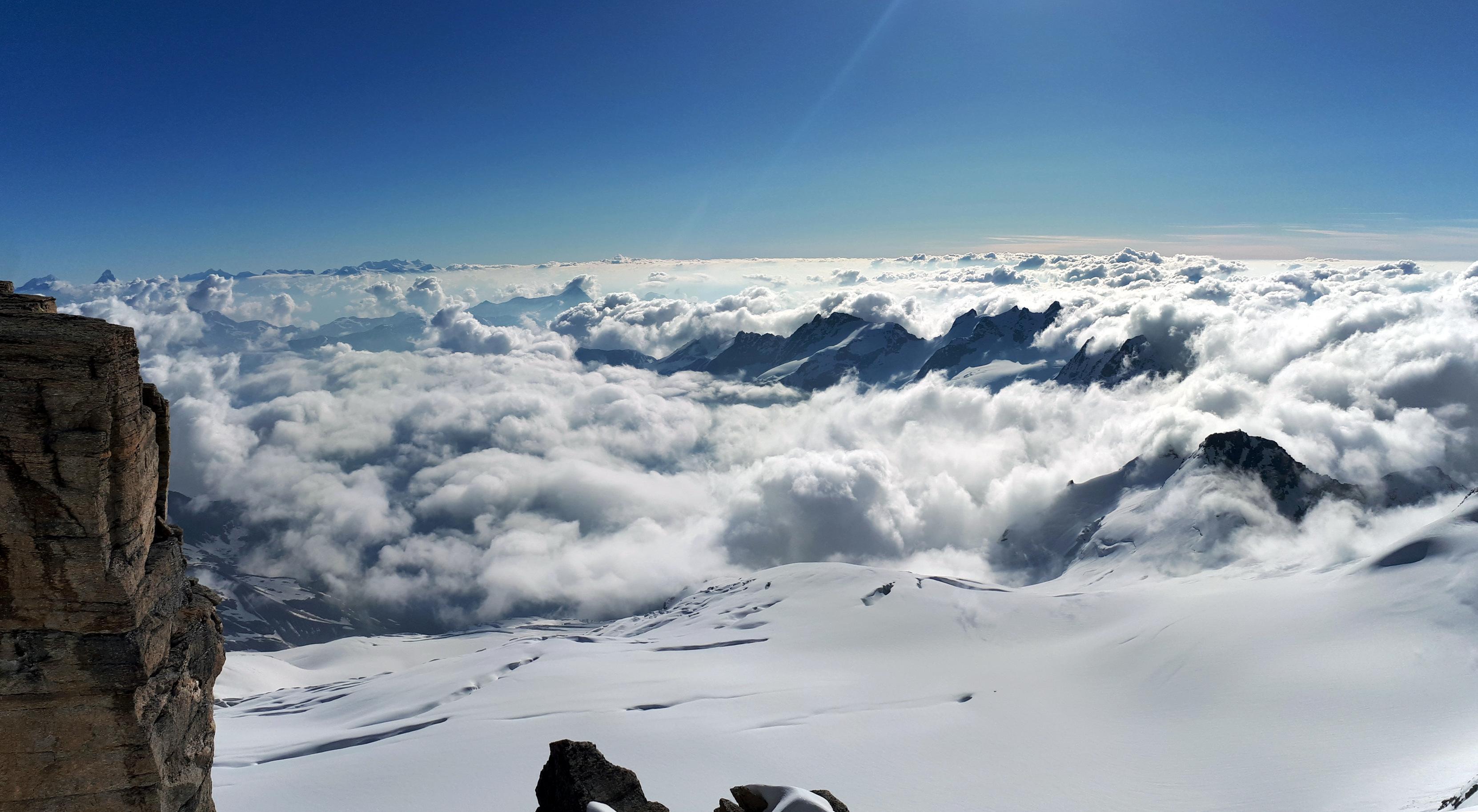 dopo il colle di Montcorvè, qualche metro dalla vetta: sotto di noi un mare di nuvole!
