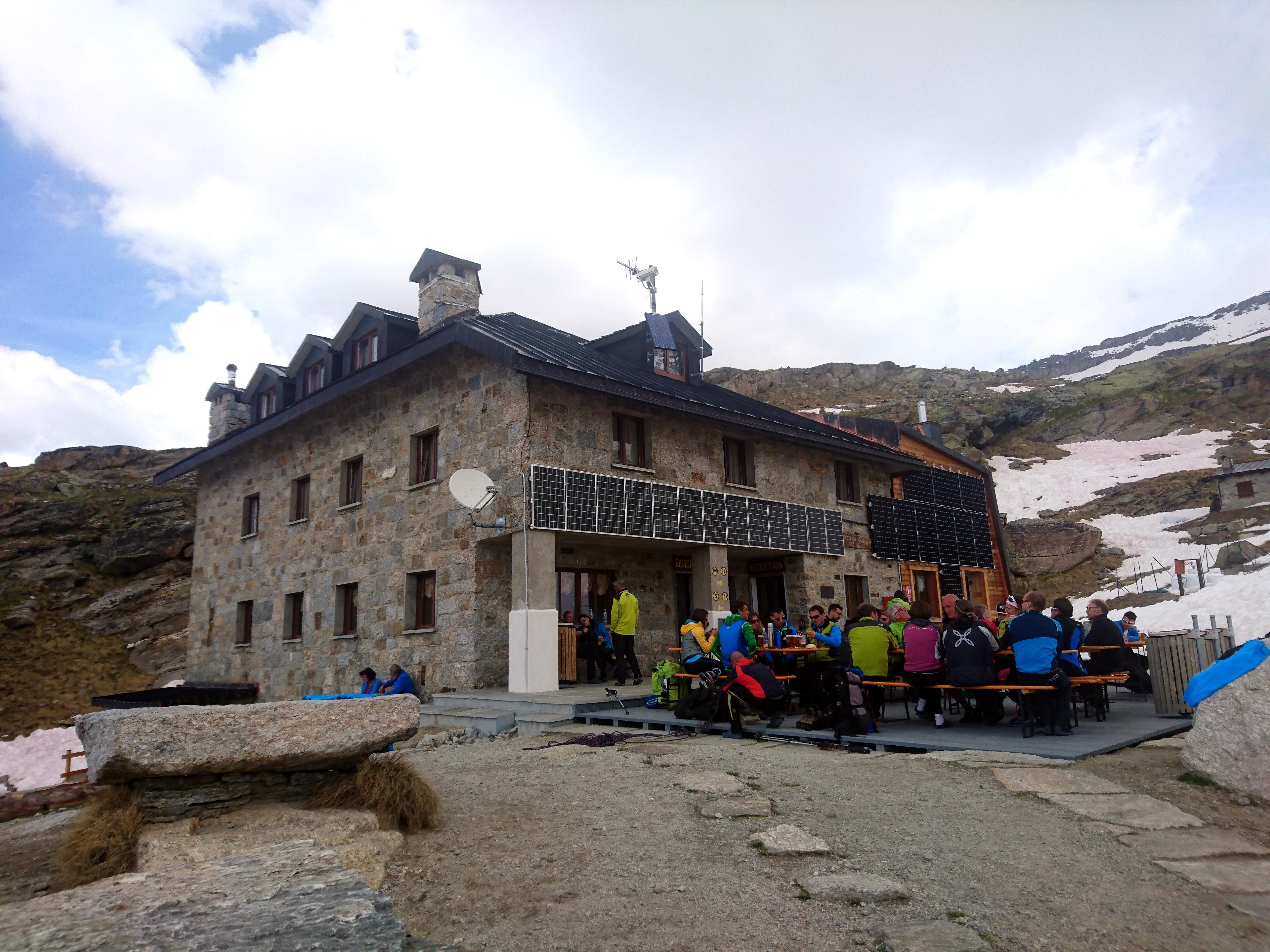 il Rifugio Chabod saturo di alpinisti e scialpinisti: domani in vetta sarà come a Riccione ad agosto!