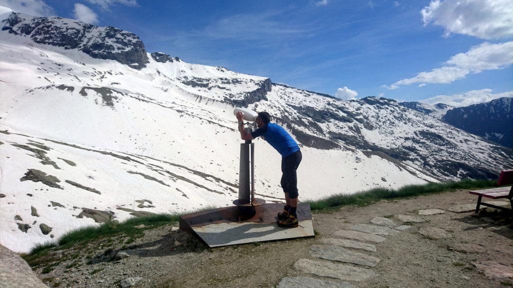 Paolino scruta il versante Nord e la linea di salita