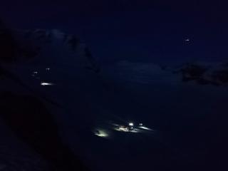 le cordate sul ghiacciaio del Laveciau, quando il sole non ha ancora fatto capolino: ci si imbraga, diretti chi alla Nord chi alla Normale