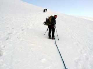 uno dei muretti più pendenti lungo la Normale: si procede in cordata, un passo dopo l'altro