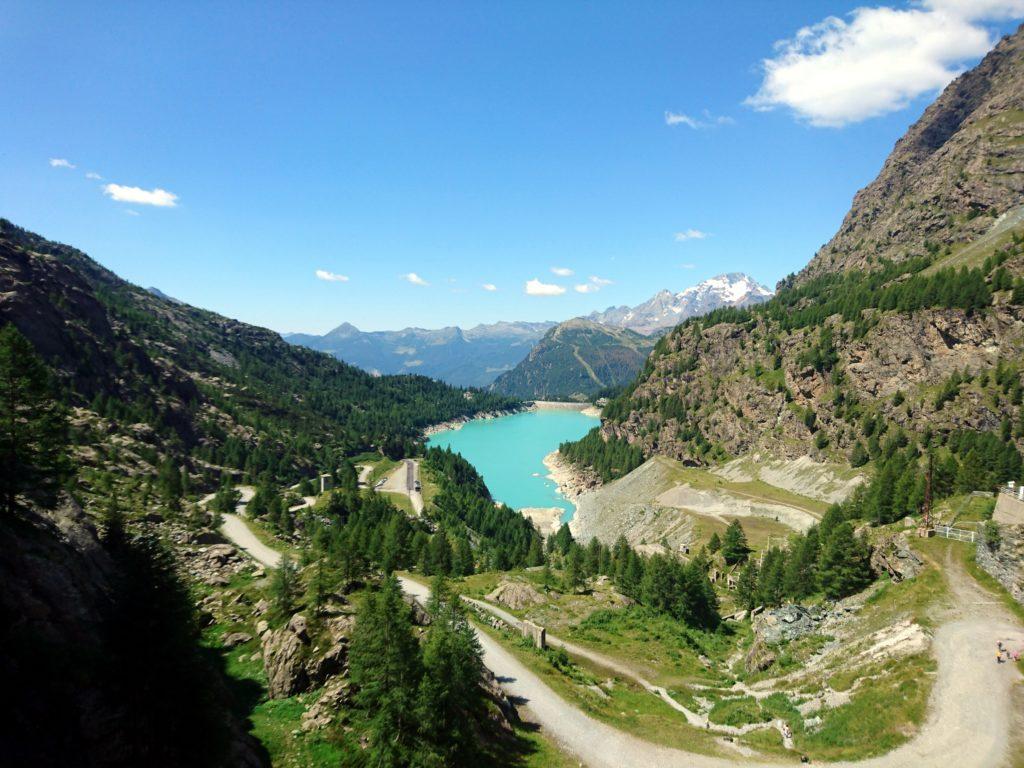 il bel panorama che si gode dall'alto della diga, con il Disgrazia sullo sfondo