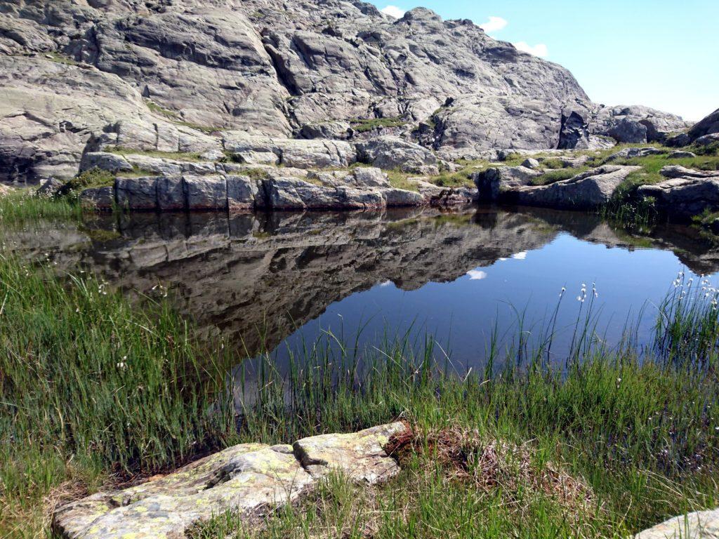 scendendo si incontrano piccoli laghetti alpini
