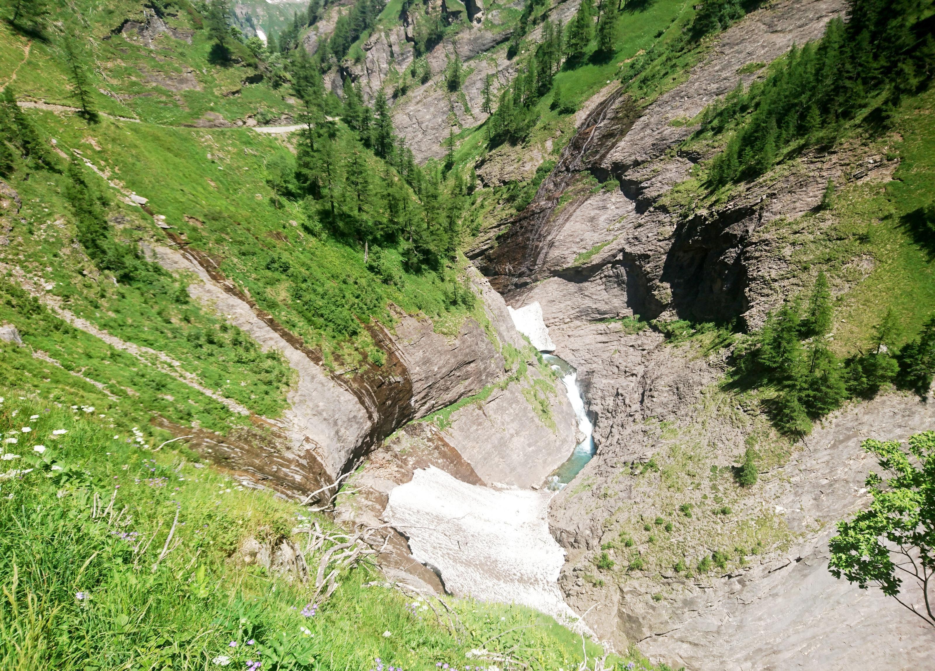 la Val Cairasca, con il torrente che precipita in un orrido a bordo strada