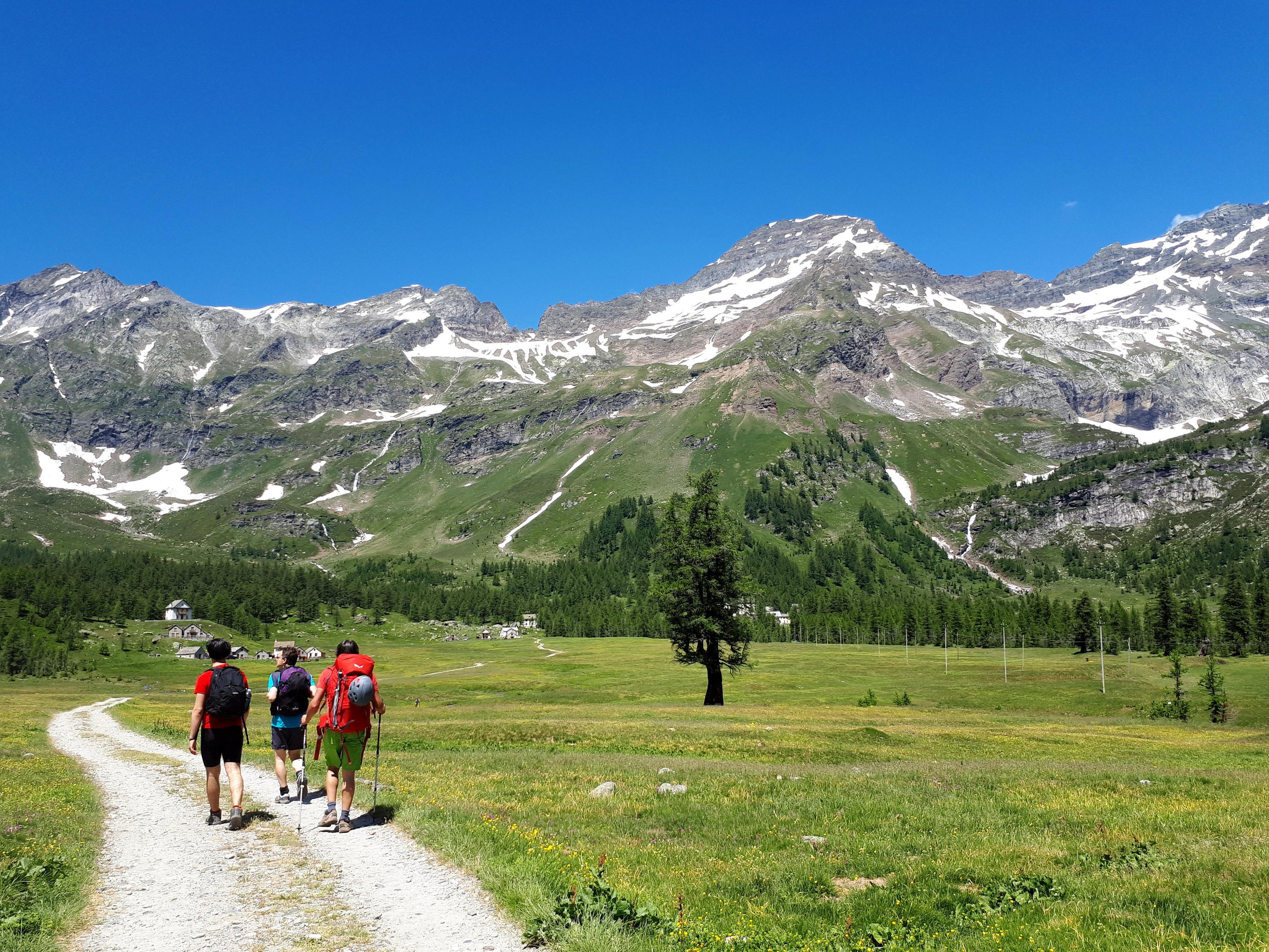 sulla piana di Veglia, in cammino verso l'Albergo Alpino che ospiterà tutta la famiglia