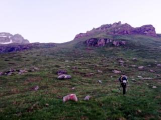 dopo aver ritrovato il sentiero giusto, risaliamo per prati fin sotto le roccette che si vedono più in alto