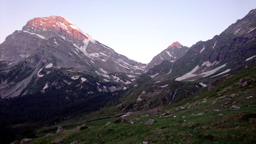 il sole comincia ad investire le pendici più alte del Monte Leone e della Bocchetta d'Aurona
